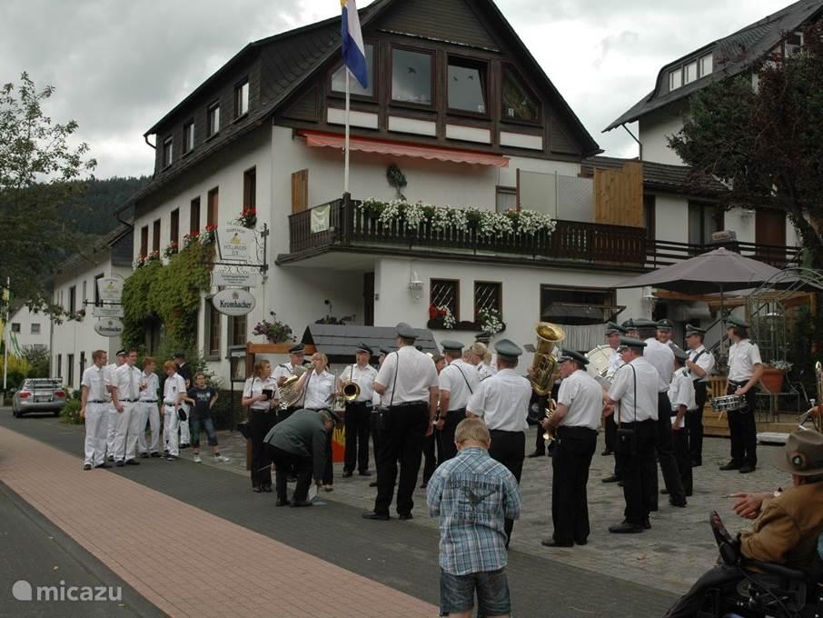 Gasten spelen voor onze gasthof met het beroemde schutzenfeest.