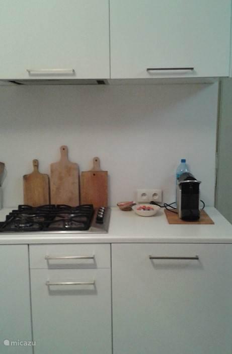 functioneel keuken met nespresso machine en afwasmachine