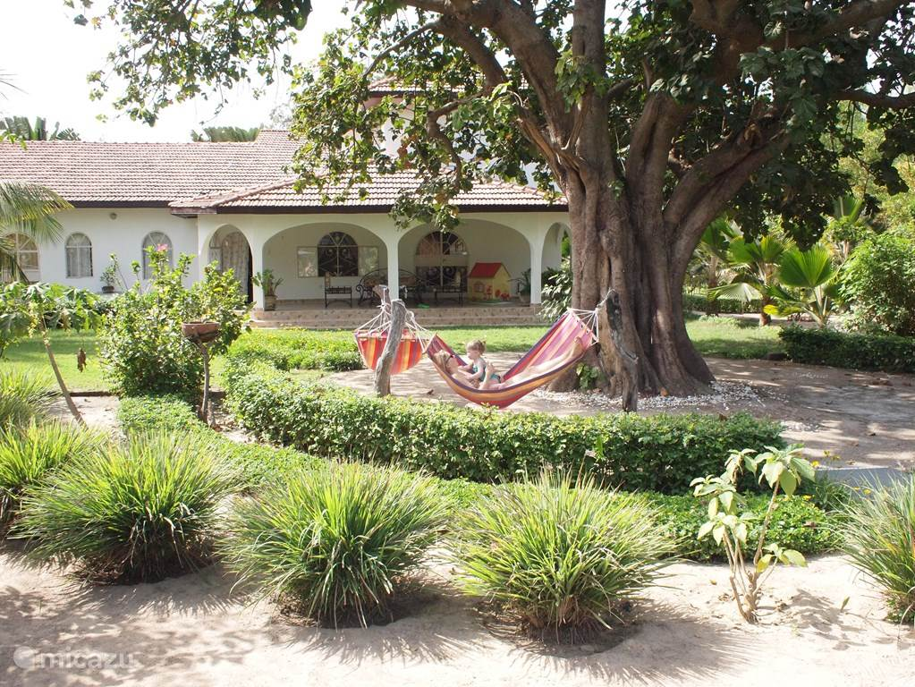 Er zijn verschillende relaxplaatsen in de tuin.
