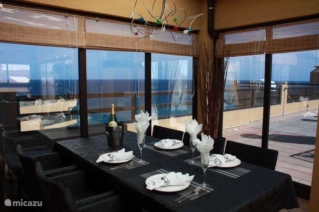 Prachtig uitzicht vanuit de eettafel in de serre