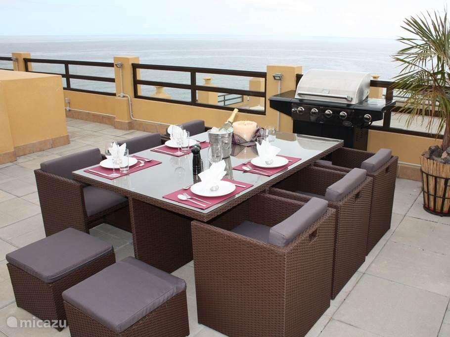 Extra eettafel buiten met 6 stoelen en 4 hockers