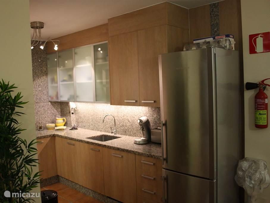De nieuwe keuken met graniet welke van alle gemakken is voorzien