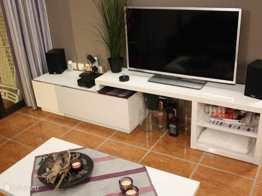 Grote flatscreen smart-tv in woonkamer met ca. 275 Canal plus zenders waaronder vrijwel alle Nederlandstalige zenders. Er is inmiddels ook een eigen WiFi netwerk voor de gasten beschikbaar.