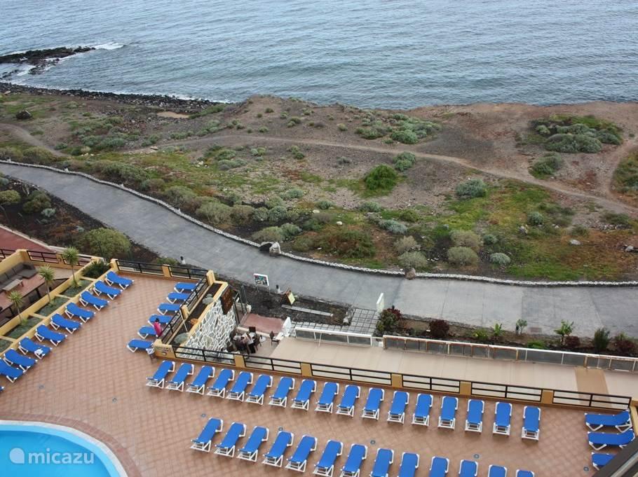 Het zwembad bevindt zich op slechts een steenworp afstand van de Atlantische Oceaan
