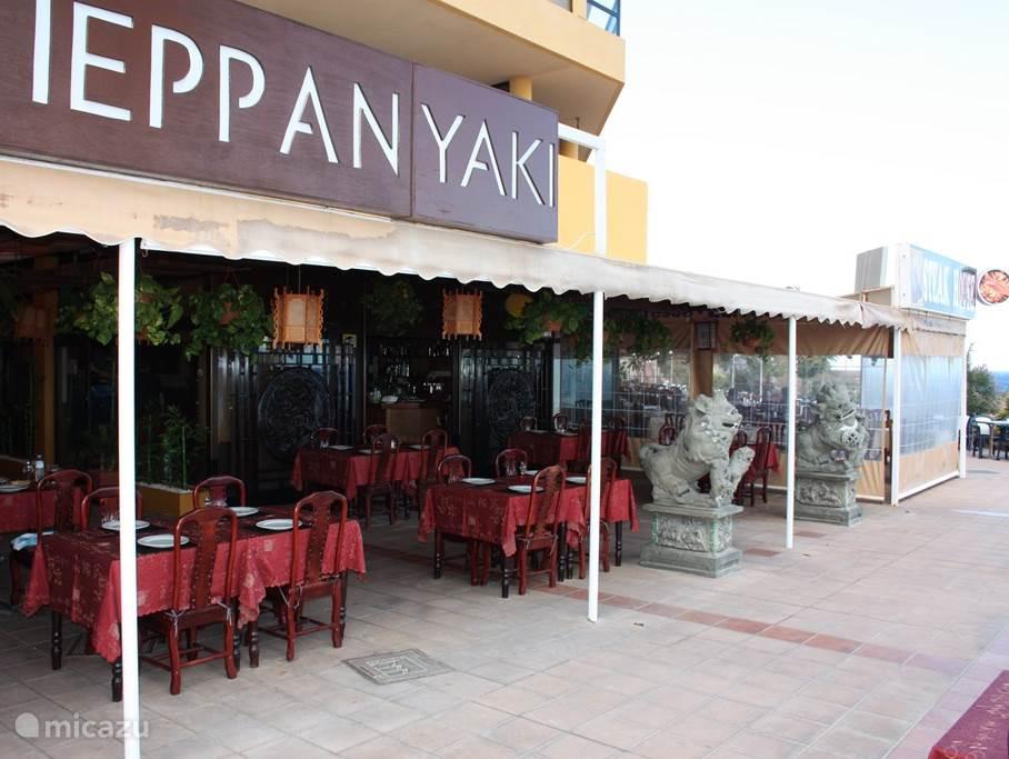 Onder in het complex aan de waterfront bevinden zich diverse restaurants en winkeltjes