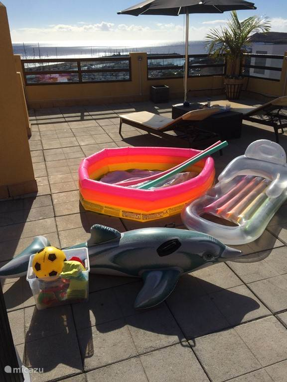 Enkele van de vele attributen welke voor kids aanwezig is voor op het terras (in het zwembadje) en voor bij de verwarmde pool beneden.