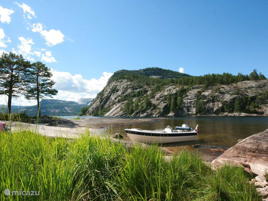 Met de boot (die u zomers mag gebruiken) kun aanleggen op een van de vele eilanden in het Nisser meer.