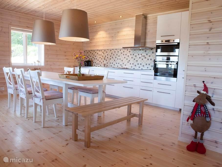 De keuken met ruime eettafel.