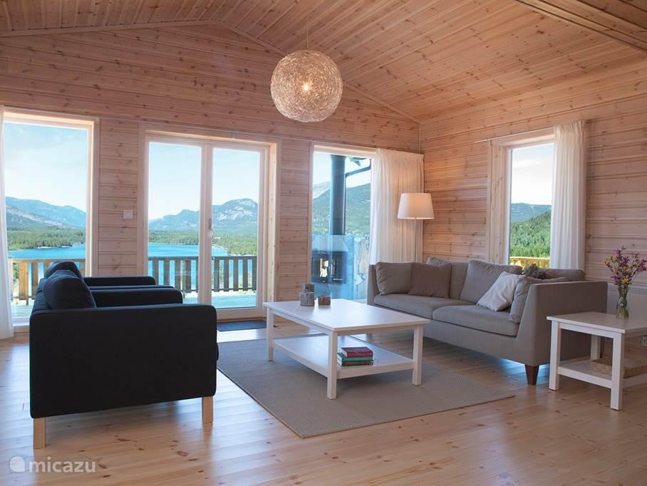 De woonkamer met uitzicht op het meer en de bergen.