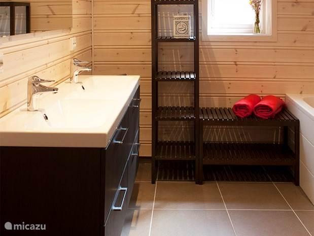 Een van de twee badkamers. Deze is voorzien van ligbad, douche en sauna.