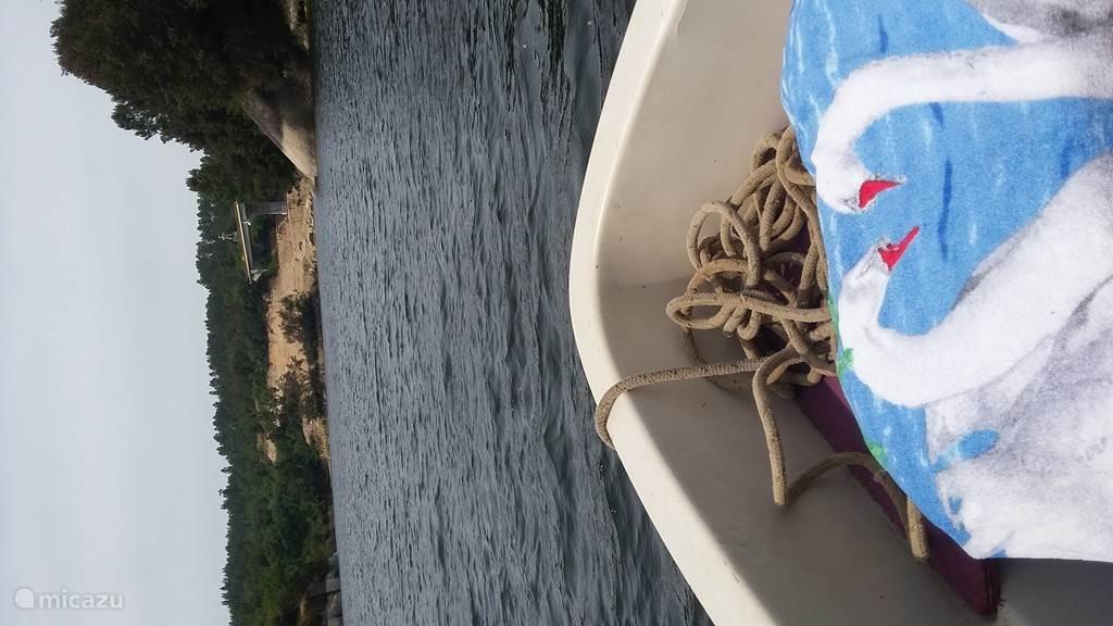 We hebben een bootje voor een tochtje op de Rio Mondego