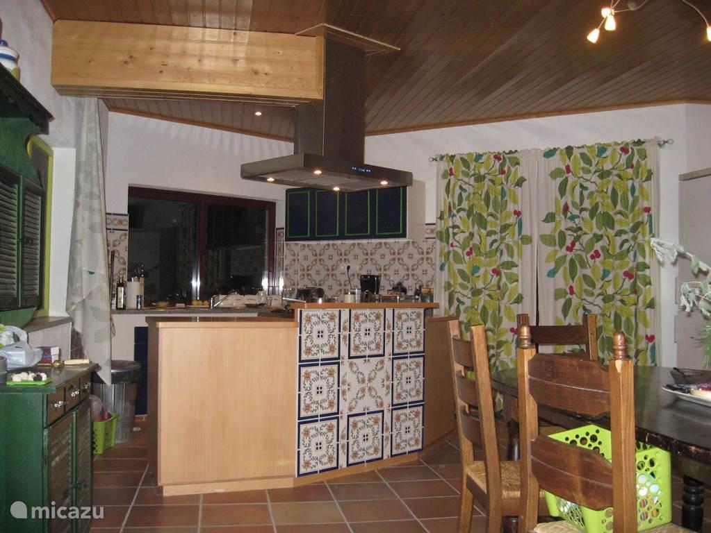 beukenhouten keuken met portugese tegels, afzuigkap, 4-pits gasfornuis, oven, vaatwasmachine, toaster, blender,  enz