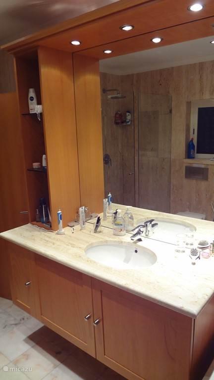 Toiletmeubel in de badkamer
