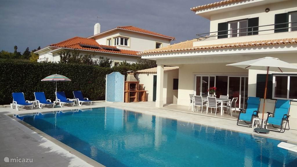 Het waterniveau van het zwembad ligt op de hoogte van het terras, hetgeen een heel mooi effect geeft.