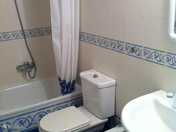 2e badkamer met douche en klein bad