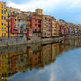 De prachtige stad Girona ligt op 17 km van de villa.