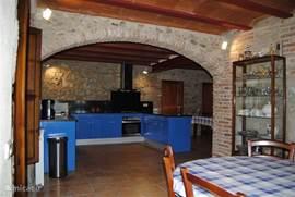 De keuken met een eettafel geschikt voor het hele gezelschap.