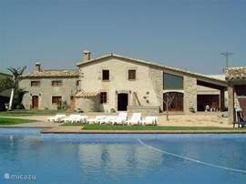 Ruime, comfortabele vakantievilla met groot zwembad voor een ontspannen gezinsvakantie. Het grote huis en de 2 maisonnette woningen met eigen faciltiteiten bieden plaats aan groepen van 10 tot ca 17 personen.