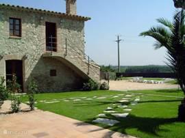 De villa met grote tuin heeft privacy door de hoge heg.