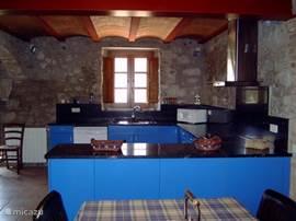 De keuken in het grote huis is van alle gemakken voorzien zoals oven en vaatwasser.