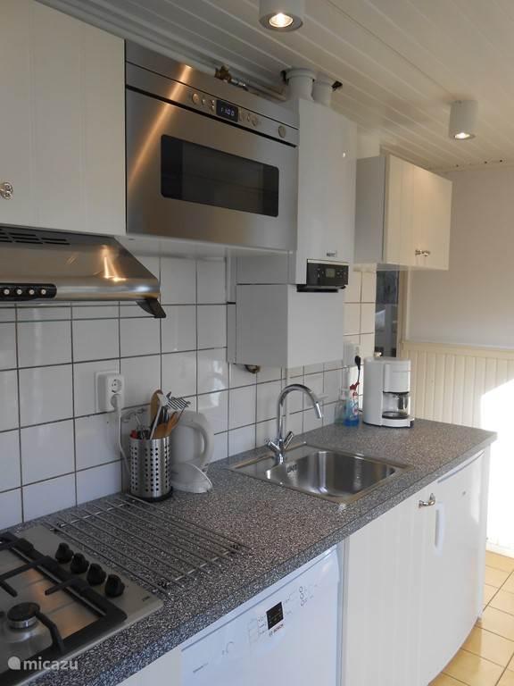 Keuken met vaatwasser en inbouw magnetron.