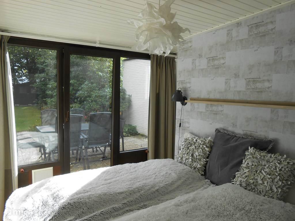 Twee-persoons slaapkamer Afmeting matras: 160cm bij 200cm Deur naar het terras..