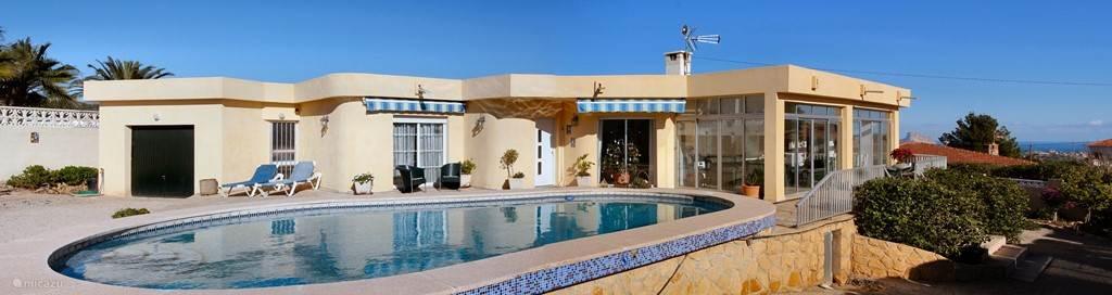 Prachtige grote gelijkvloerse moderne villa gelegen op het zuiden. Vlakbij Albir en Benidorm. Geheel ommuurd met elektrische poort en eigen parkeerruimte. . Rolstoel vriendelijk.
