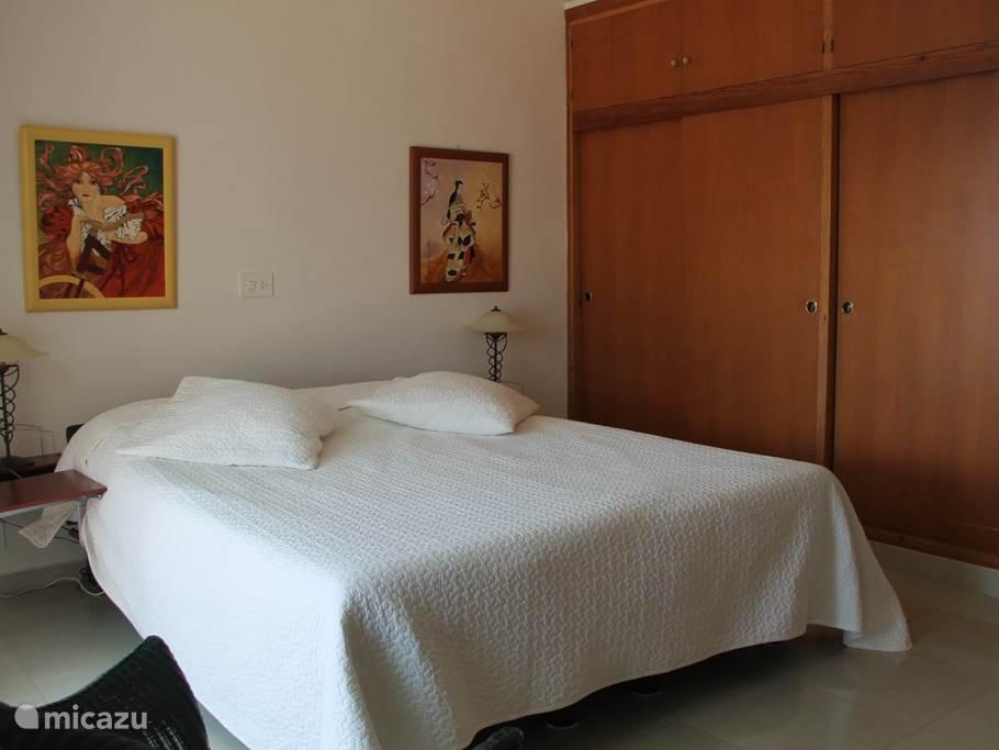 slaapkamer 1 van de 3  met goede bedden  (Auping) 2m - 0.90m  en hang legkast