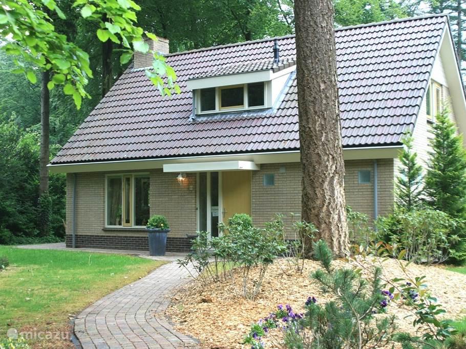 Vrijstaande stenen bungalow Hazelaar met ruime tuin, te midden van de Veluwse bossen.