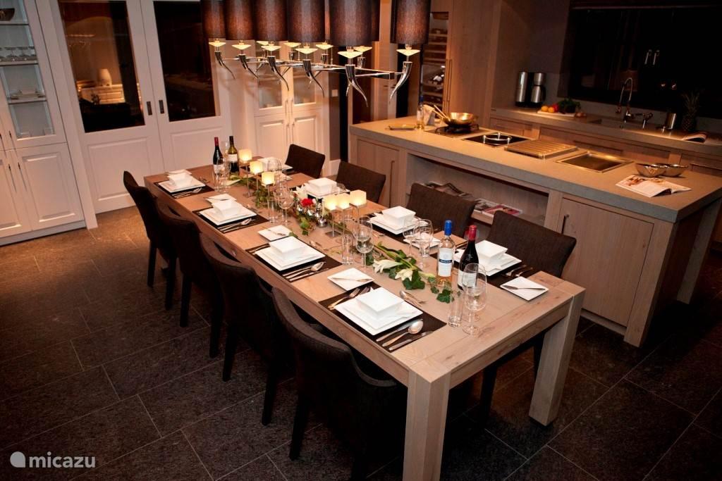 In de luxe keuken kunt u heerlijk kokkerellen. De keuken is van alle gemakken voorzien.