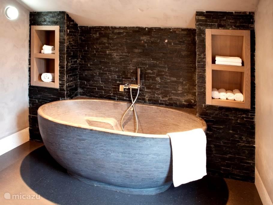 Luxe badkamer met ligbad