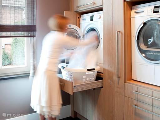 De bijkeuken is voorzien van een wasmachine en wasdroger