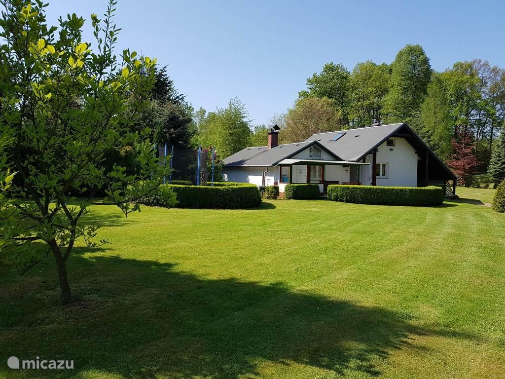 Cottage helemaal vrijstaand in de grote tuin