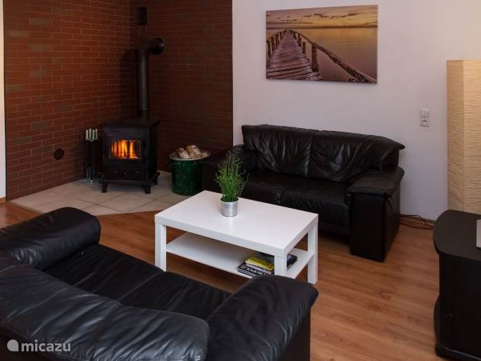 De gezellige woonkamer met houtkachel