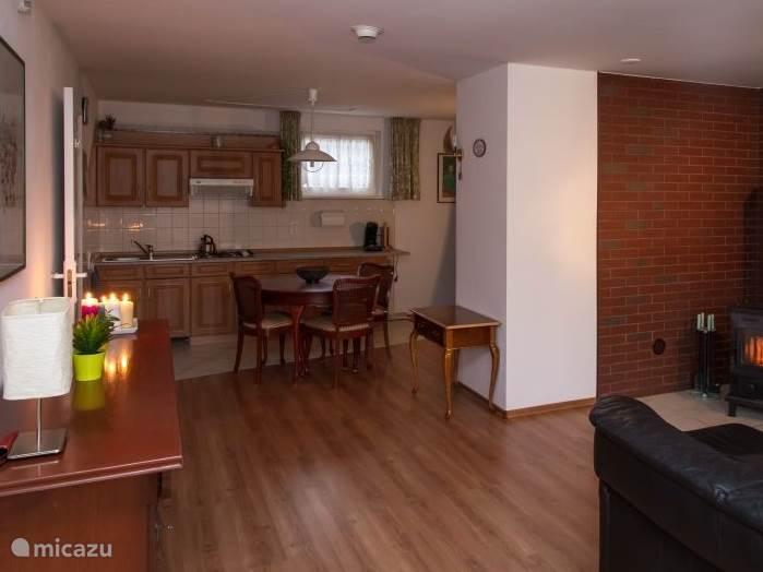 De open woonkamer met zicht op de keuken
