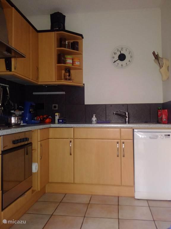 Keuken met oven, magnetron en afwasmaschine