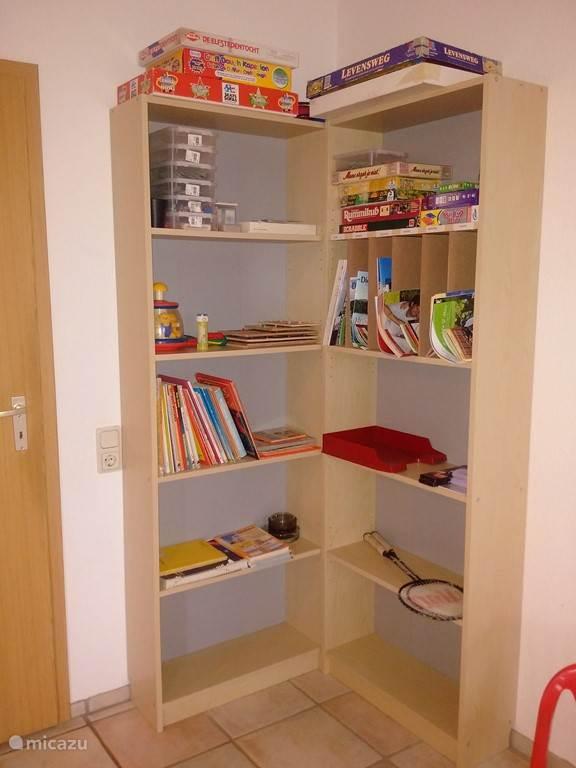 Kast met speelgoed, bordspellen en folders