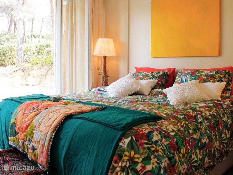 Slaapkamer met veel privacy, ruime boxspring van 200  x 180, luxe beddegoed.