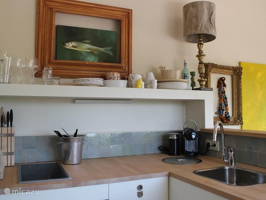 goed uitgeruste keuken met inductie, koelkast, afwasmachine, was/droog combinatie, magnetron/oven, waterkoker, nespresso, senseo, pannen, goede messen, mooi servies en bestek