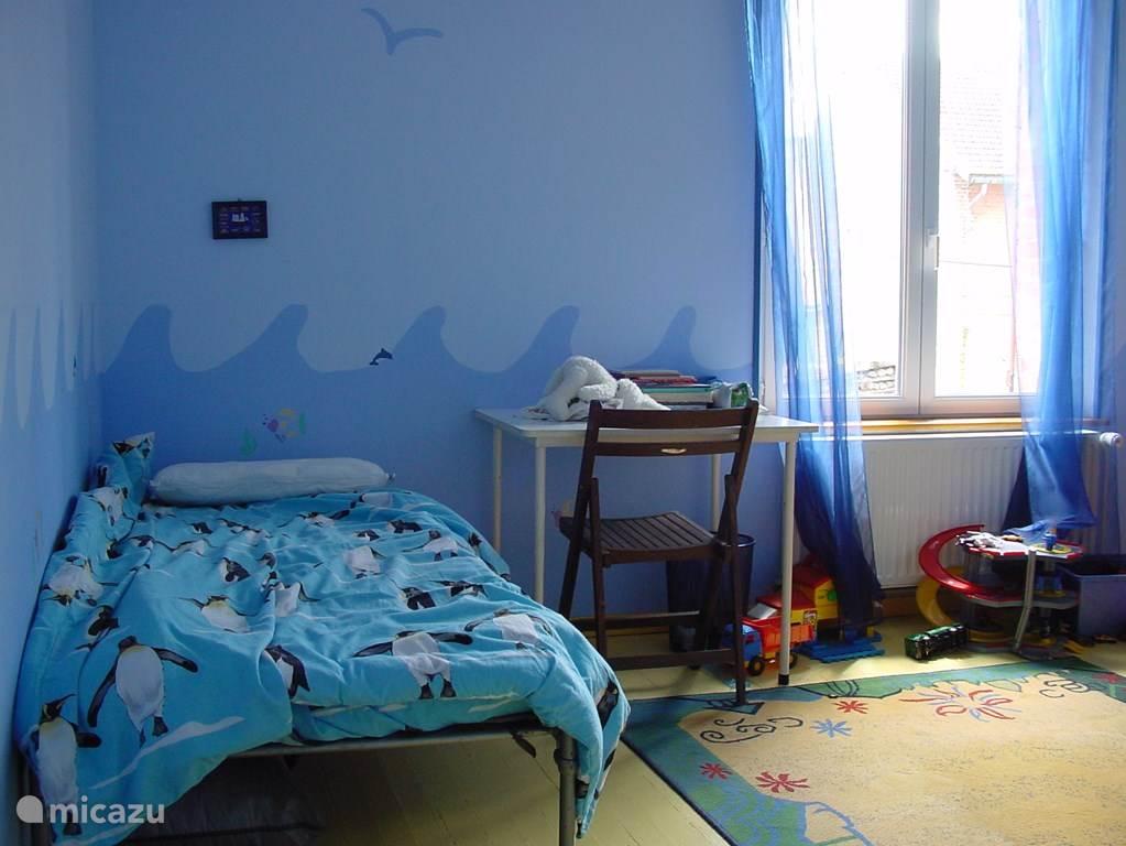 (jongens)slaapkamer met 3 bedden.