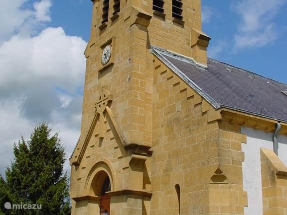 Prachtige van oorsprong 15e eeuws kerkje ligt naast het vakantiehuis. Herbouwd na de 1e W.O.