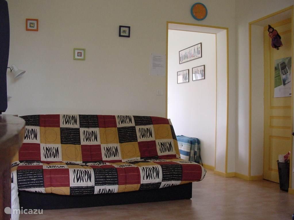 Speelkamer/extra kamer met slaapbank. Doorkijk naar de woonkamer.