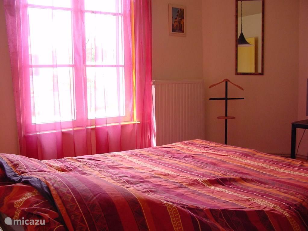 (ouder)slaapkamer met 2 persoonbed met aparte matrassen (2 x 80 cm).