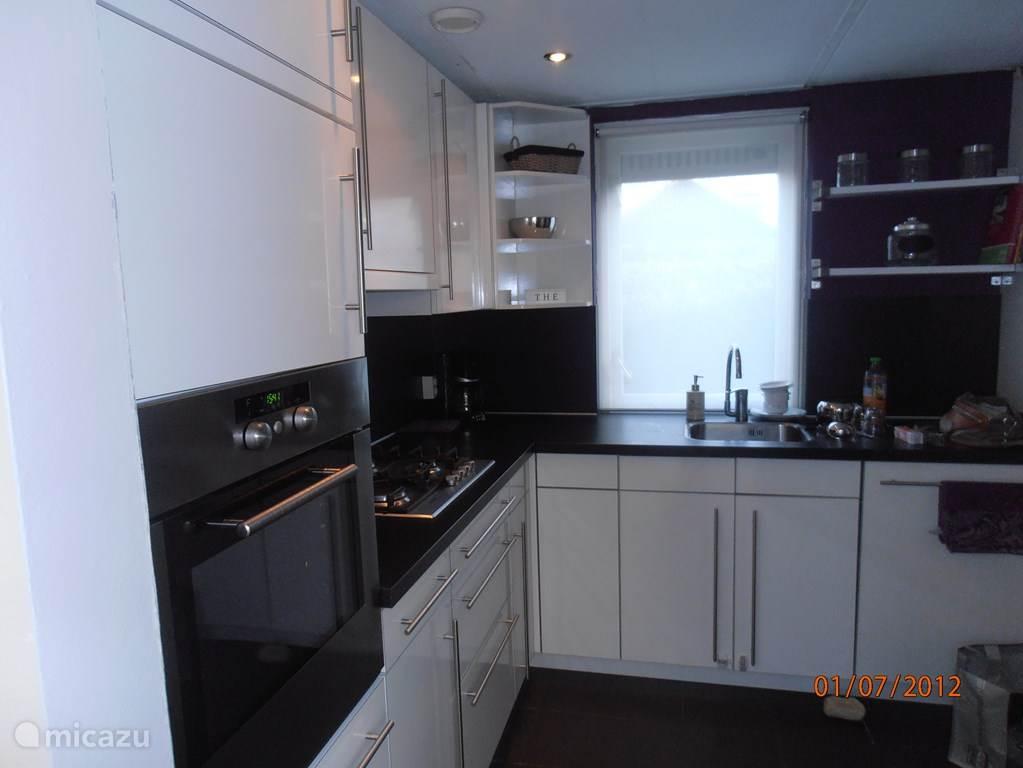 Een super luxe  keuken  Bauknecht oven Vaatwasser Magnetron Grote koelkast en vriezer
