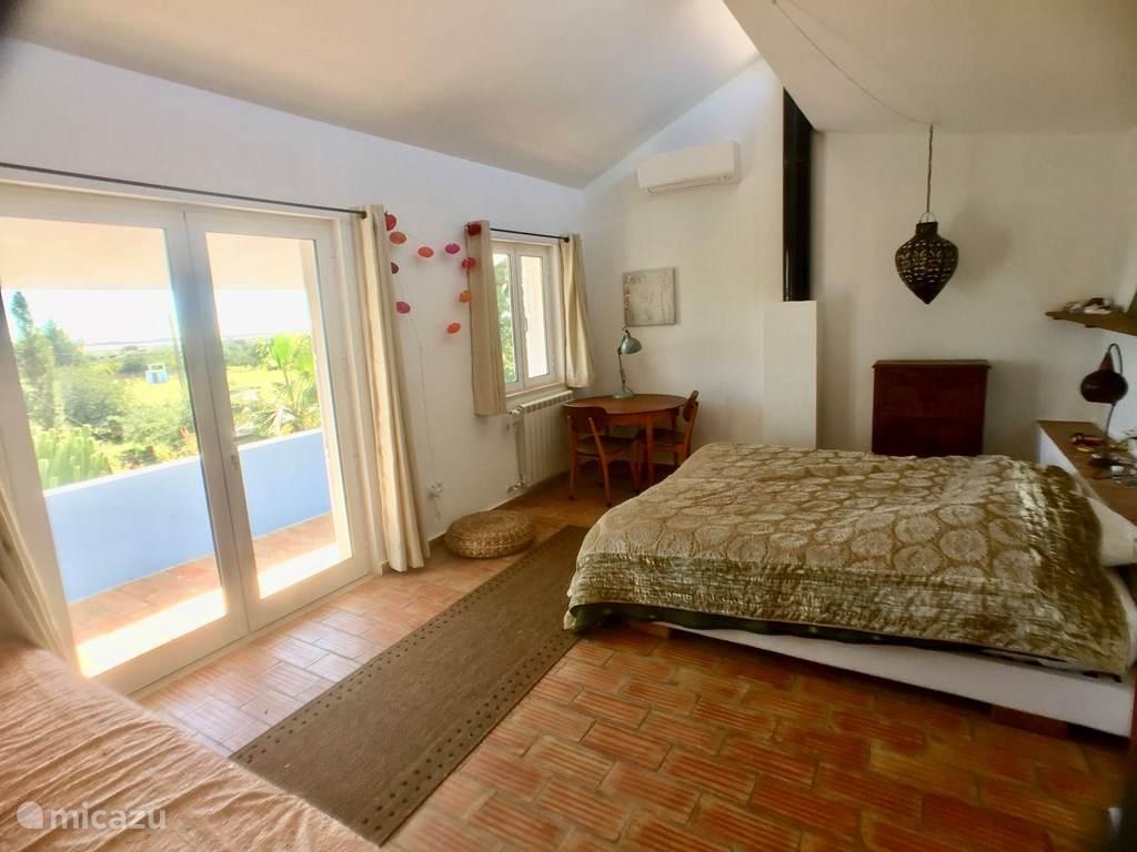 Slaapkamer 1 met balkon (3 bedden)