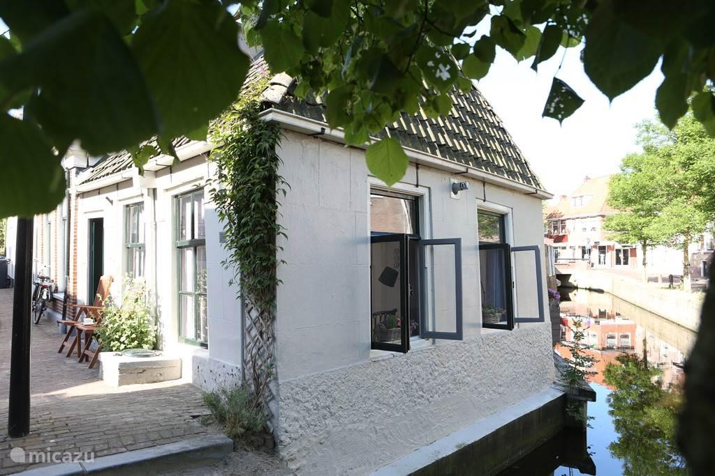 Het Wetterhûske staat letterlijk in de grachtengondel van Franeker.