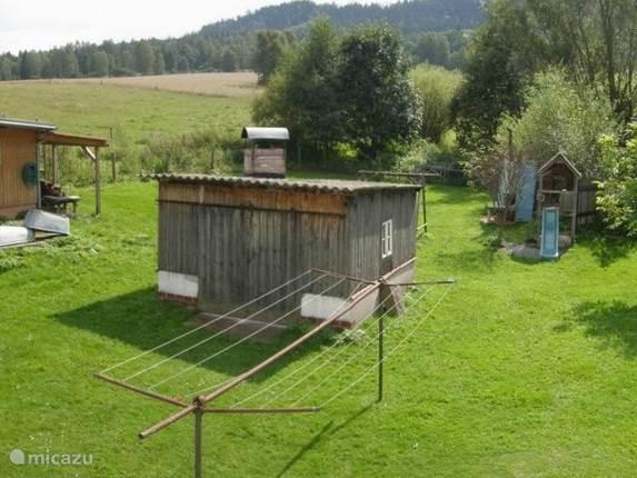 Grillhut in de zomer met speelhuisje