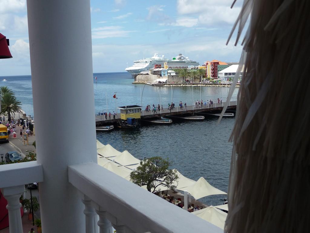 Eyecatcher van Curaçao de pontjesbrug.Luxe appartement.Fenomenaal uitzicht op zee haven pontjesbrug. Euro 700,00 per week van 5 september - 10 oktober