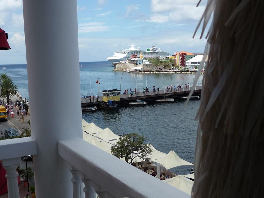 Last minute Curaçao pontjesbrug 15 %  korting op de appartementsprijs gedurende de periode 1/10 -7/11  2018. 10% korting periode 30/11 -23/12  2018