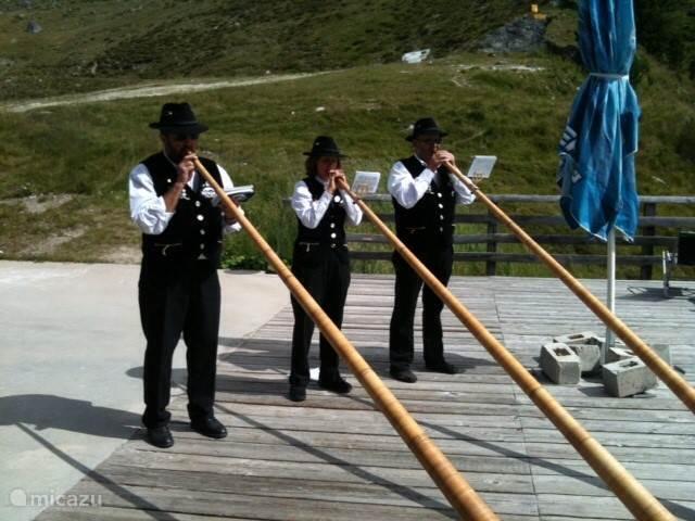 Haute-Nendaz is een traditioneel dorp waar in zomer en winter de alpenhoorns te horen of te zien te zijn.
